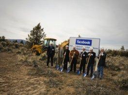 Inauguration des travaux du premier centre de données personnalisé de la société à Prineville, dans l'Oregon.